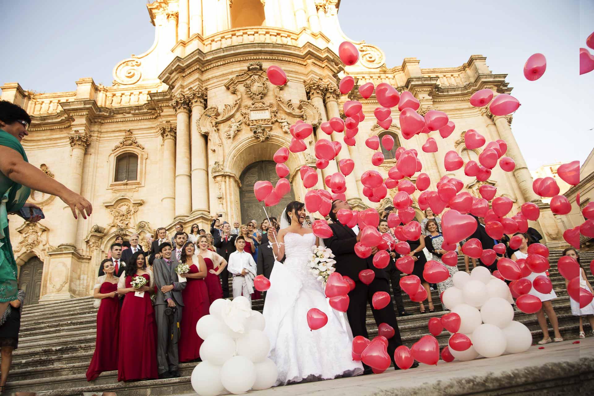 Uscita della chiesa di Modica gli Sposi lanciano i Palloncini Fotografi pronti
