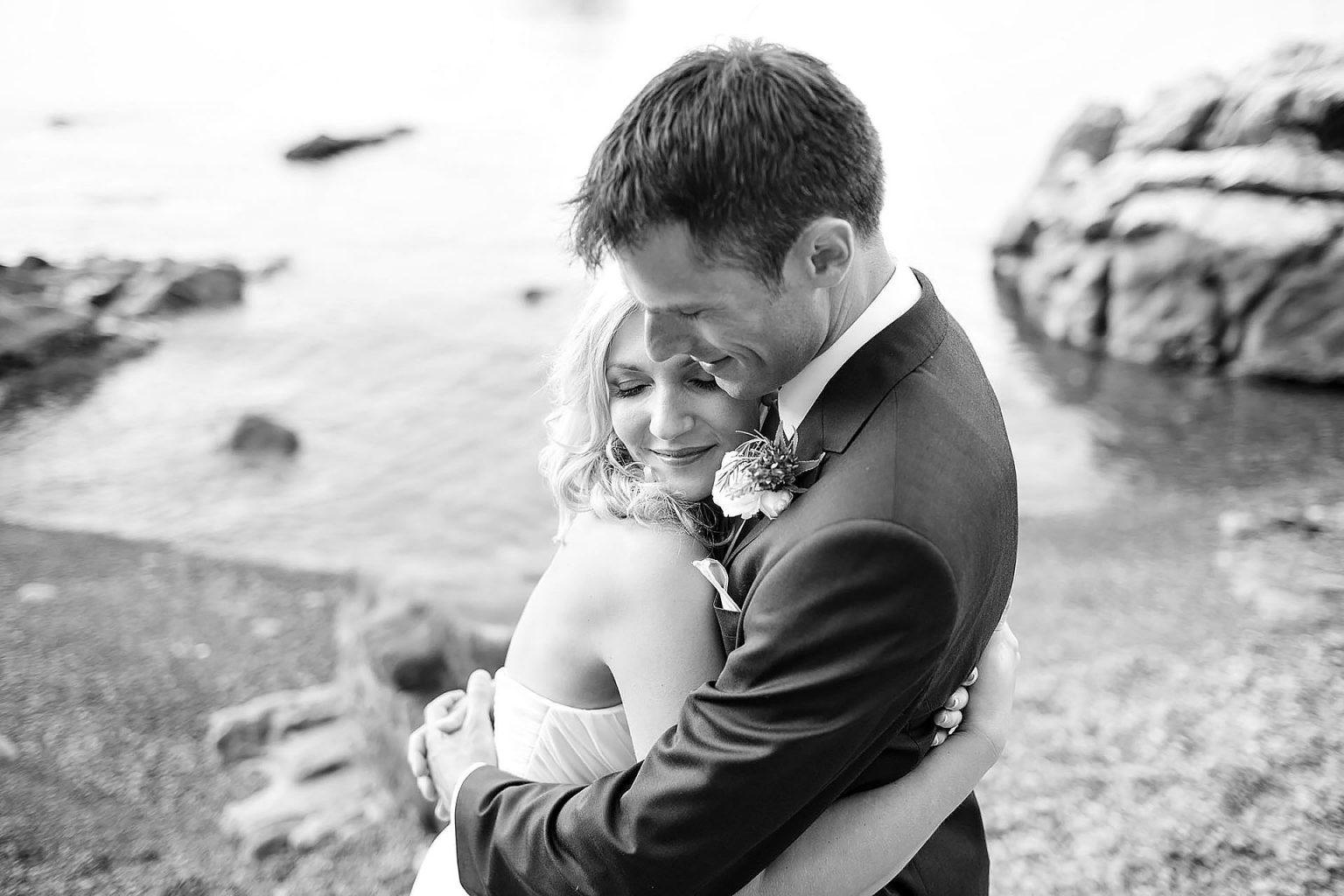 Fotografia di sposi abbracciati fotografati a Cefalù