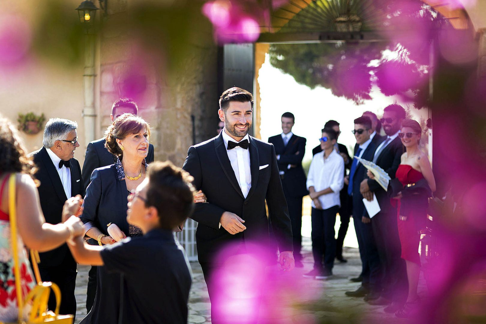 Lo sposo con la mamma pronti per entrare in chiesa