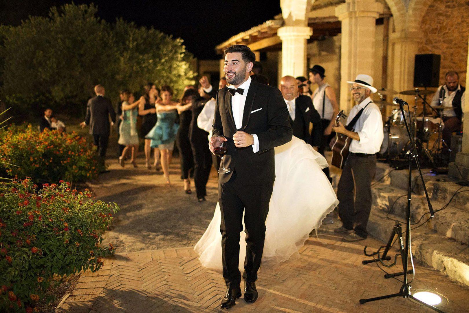 Gli sposi con alcuni amici. Fotografia di Nino Lombardo