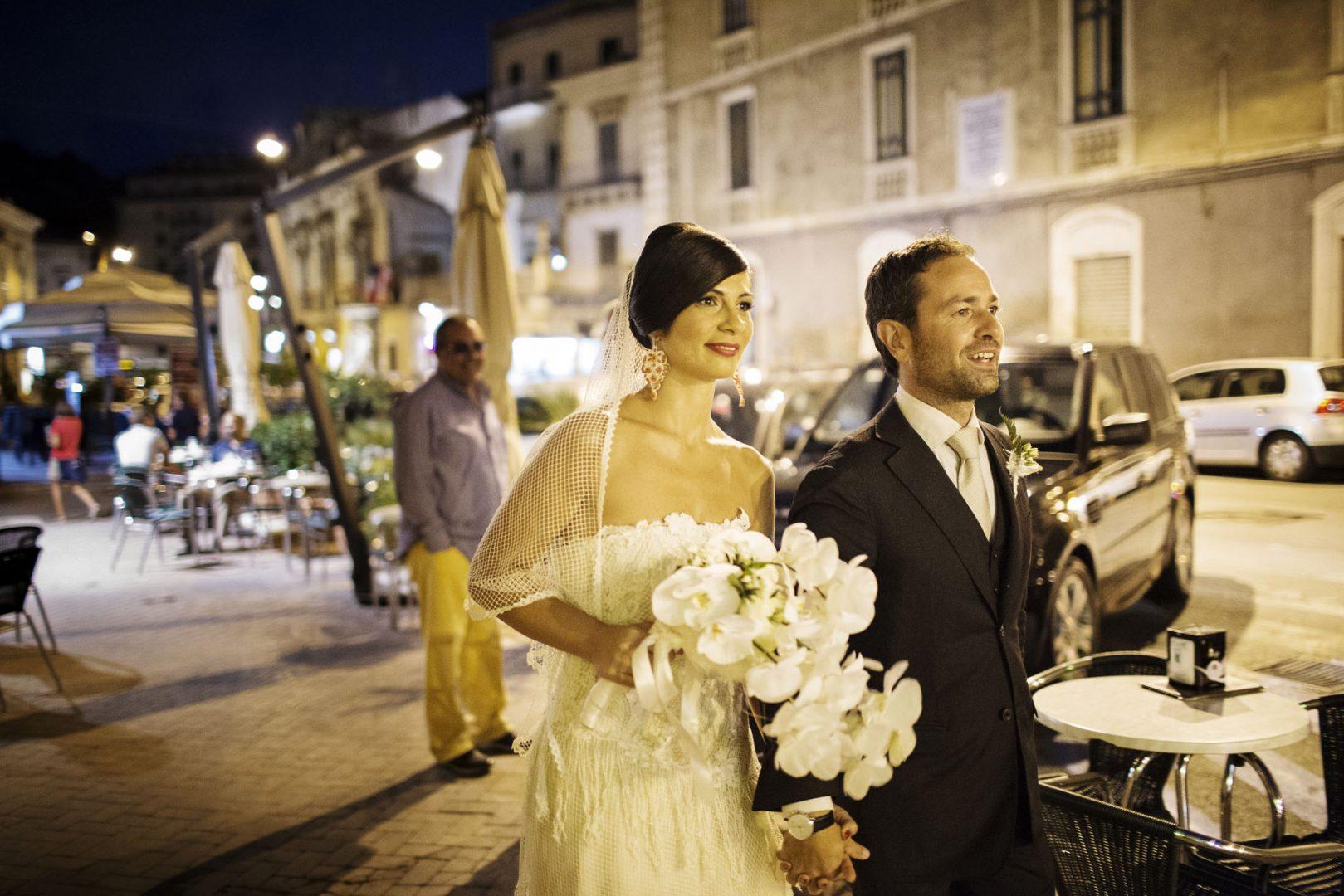 Gli sposi passeggiano. Nino Lombardo fotografo matrimonio a Modica