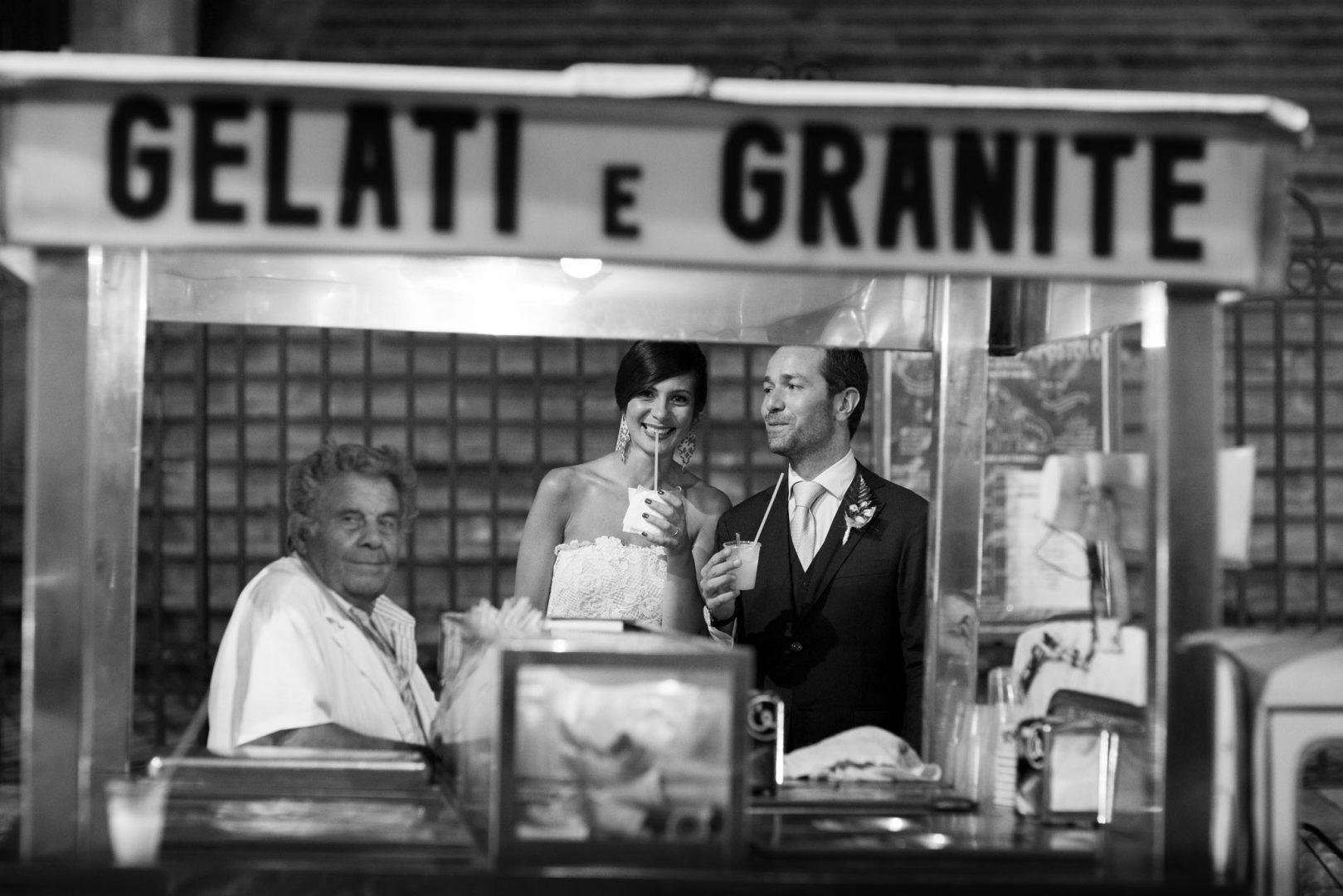 Sposi e gelataio. Nino Lombardo fotografo matrimonio a Modica