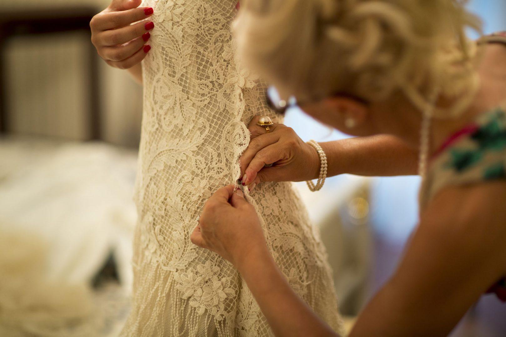 La sposa mentre si prepara prima delle nozze. Nino Lombardo fotografo del matrimonio a Modica