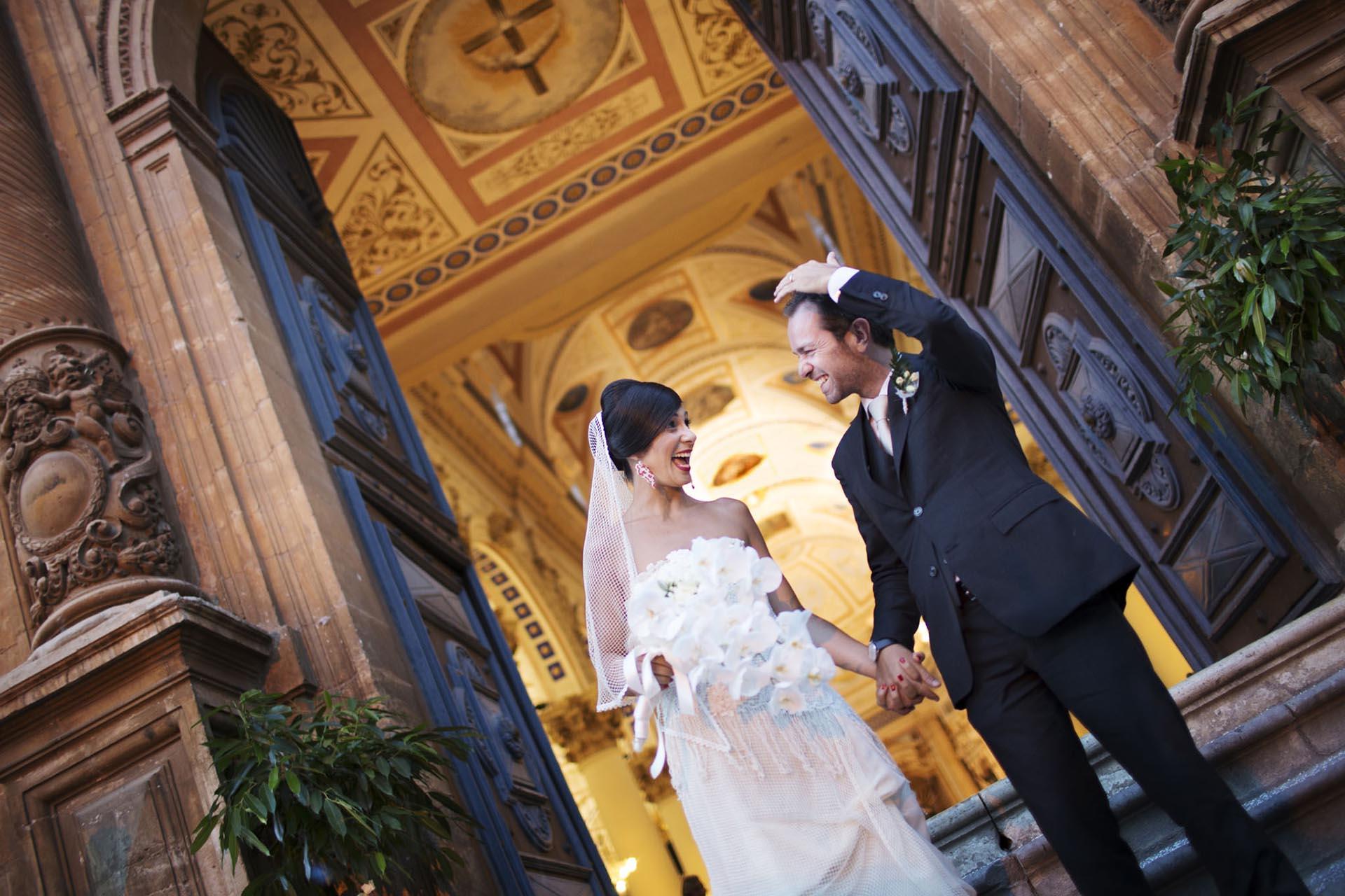Fotografato gli sposi uscendo dalla chiesa allegri e felici Fotografo Nino Lombardo