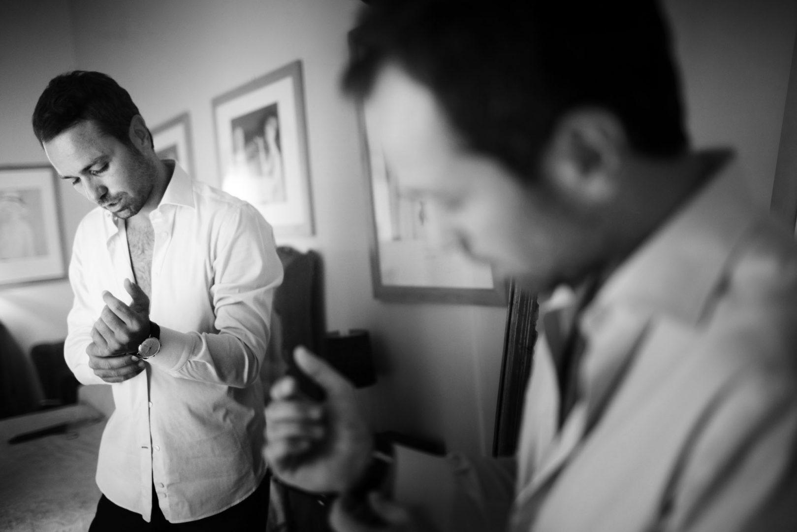 Lo sposo mentre si prepara prima delle nozze. Nino Lombardo fotografo del matrimonio a Modica