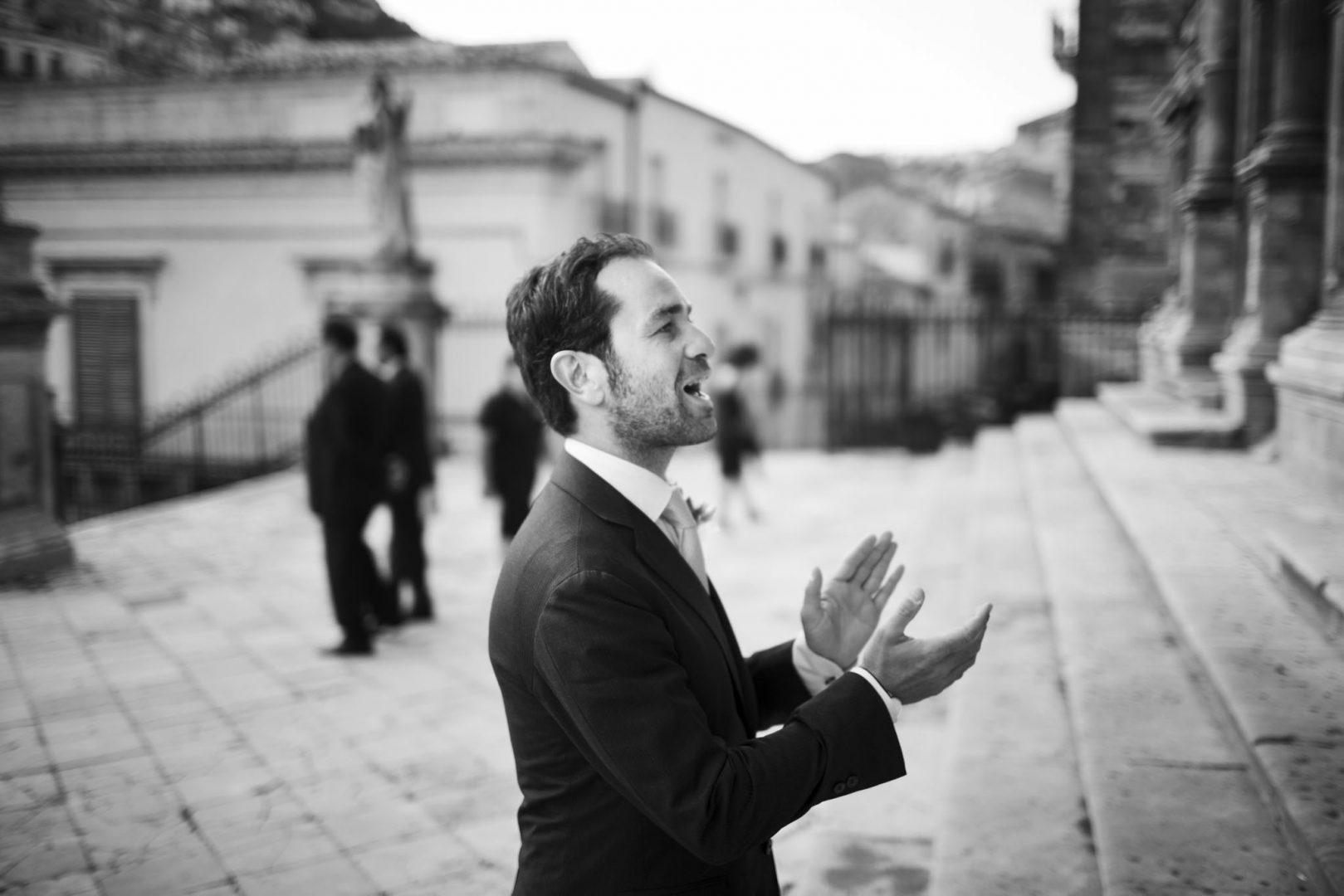 Arriva lo sposo in Chiesa. Foto di Nino Lombardo