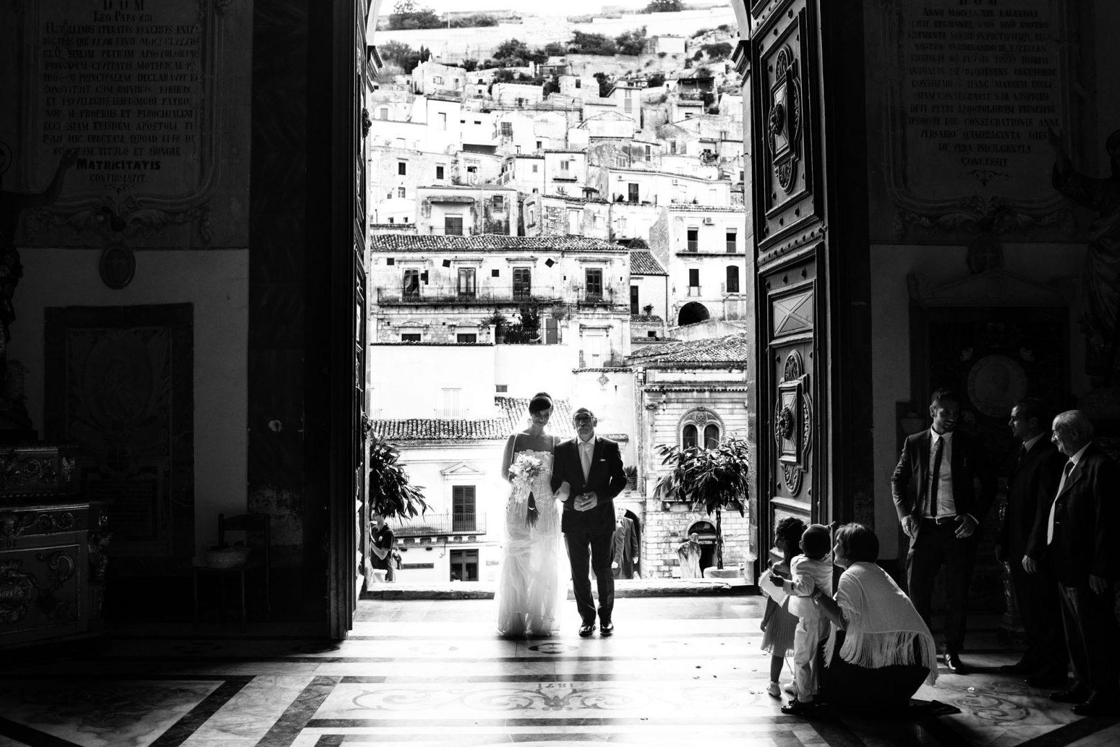 La sposa entra in chiesa. Nino Lombardo fotografo matrimonio a Modica