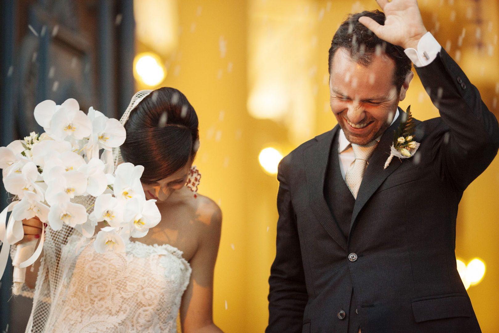 lancio del riso. Nino Lombardo fotografo matrimonio a Modica