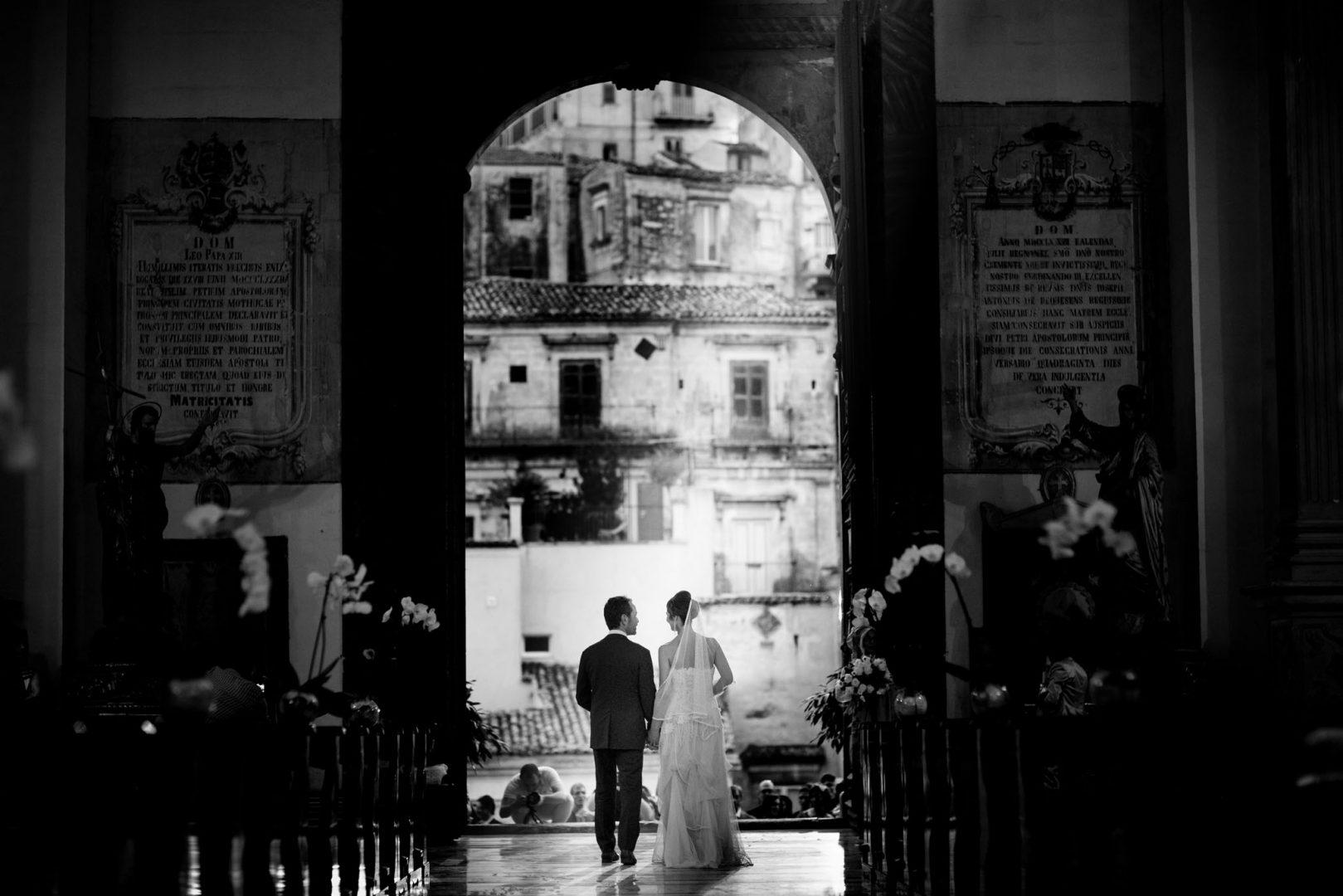 L'uscita degli sposi. . Nino Lombardo fotografo matrimonio a Modica