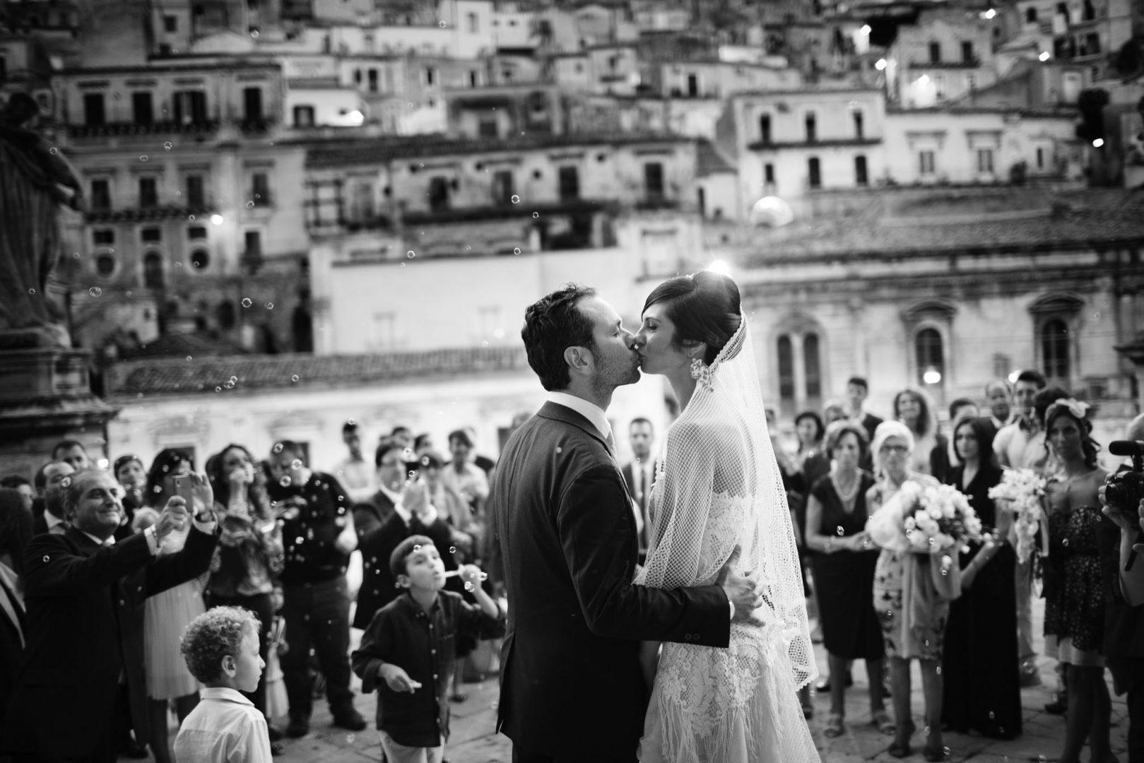 gli sposi si baciano. Nino Lombardo fotografo matrimonio a Modica