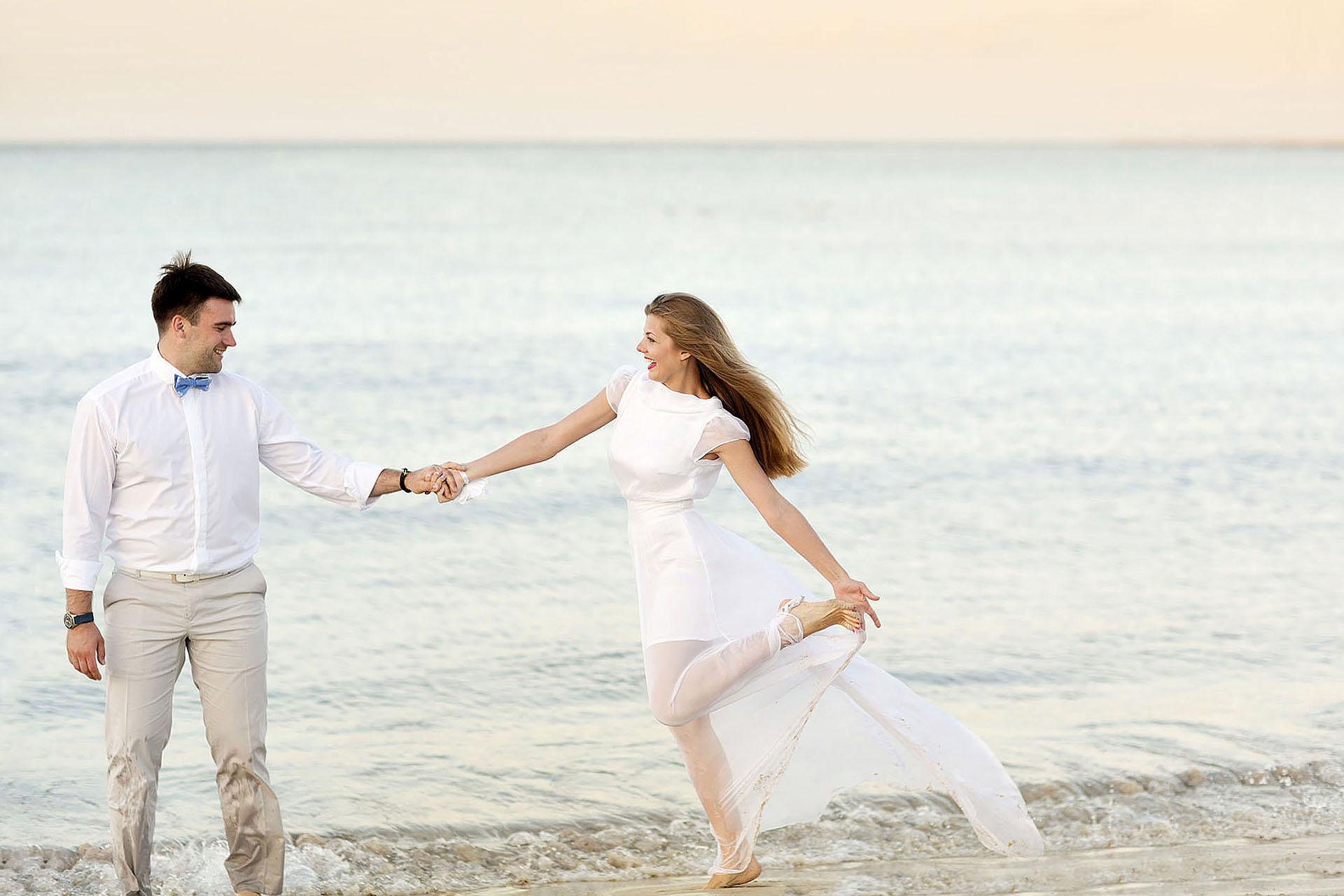 Coppia di sposi in riva al mare