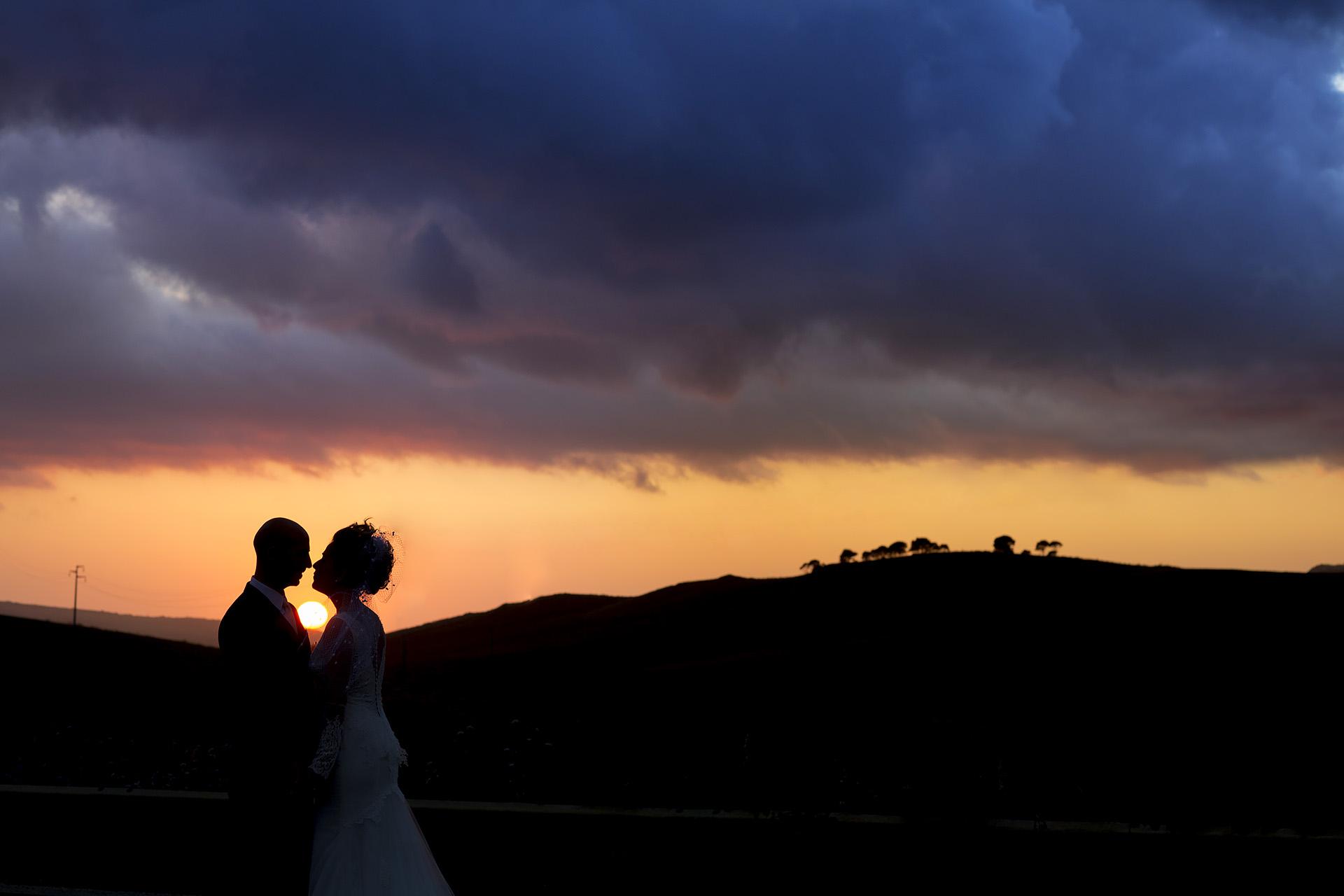 Sposi al Tramonto nelle campagne siciliane