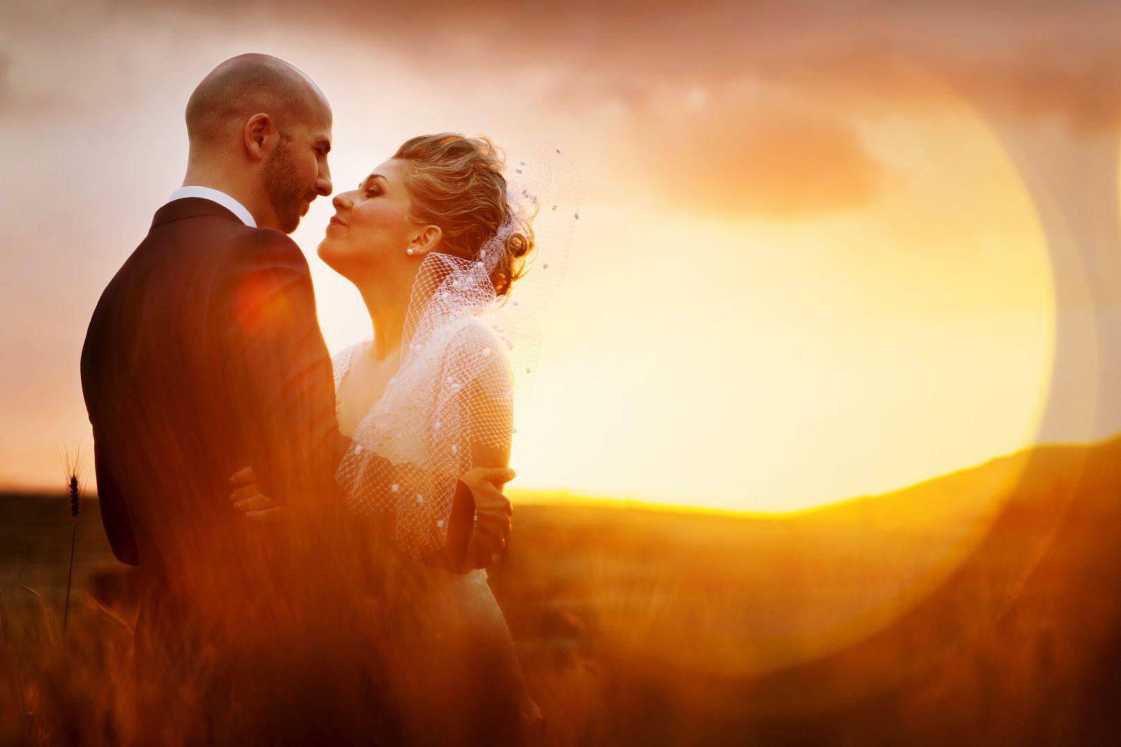 Gli sposi che si guardano al tramonto realizzata dal fotografo Nino Lombardo