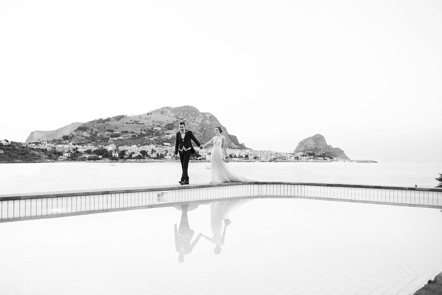 Fotografia spontanea di sposi al mare