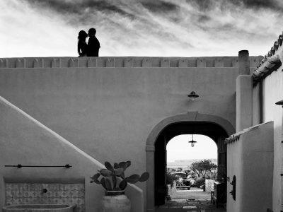 Sposi abbracciati dentro un baglio siciliano fotografo nino lombardo