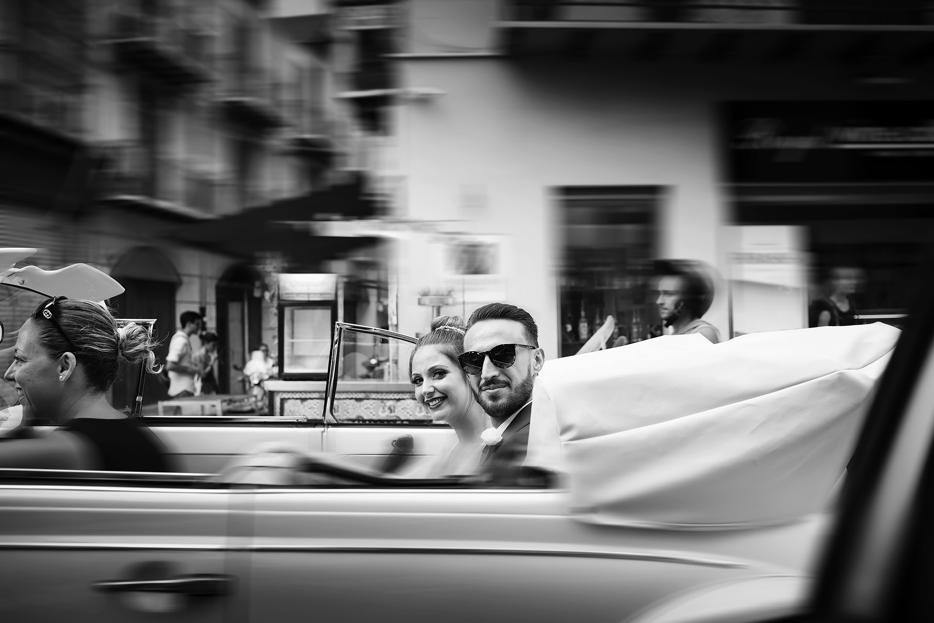 Sposi in auto nel centro di Palermo fotografia di Nino Lombardo