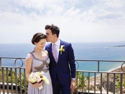 Sposi al Giardino di Taormina con lo sfondo del mare Foto Nino Lombardo