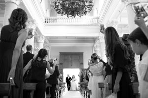 una sposa viene accompagnata all'altare dal padre