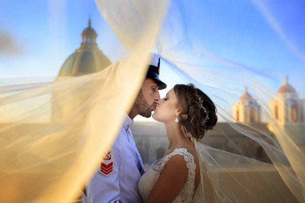 due sposi che si baciano il giorno del loro matrimonio