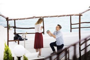 un ragazzo regala un anello alla sua fidanzata durante un servizio fotografico di coppia