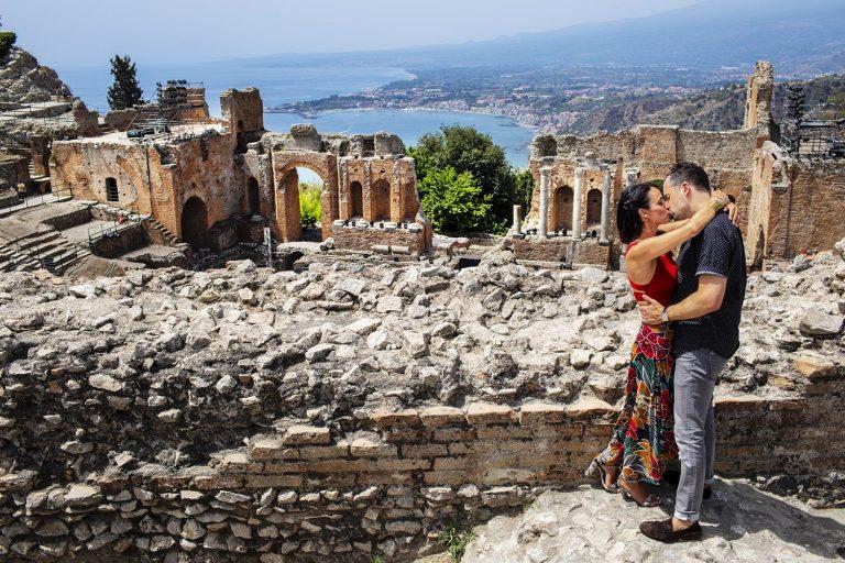 una coppia si bacia in una sessione fotografica di coppia di Nino Lombardo engagement photo session Taormina