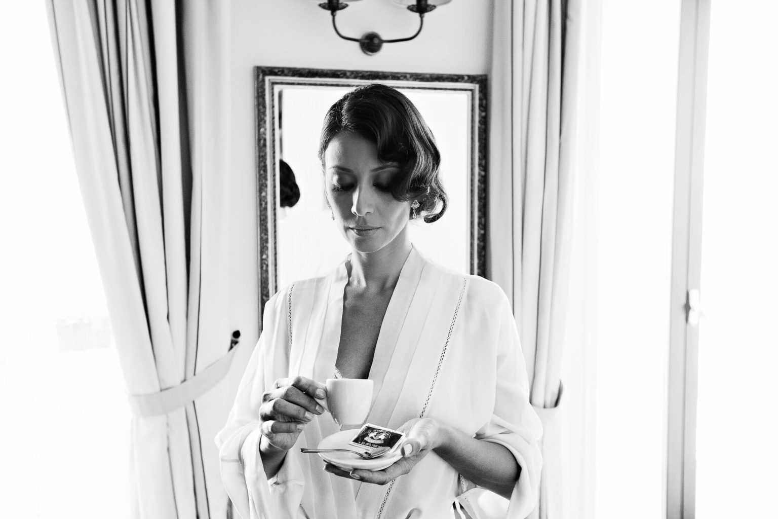 Bride drinks coffee, wedding photography by Nino Lombardo