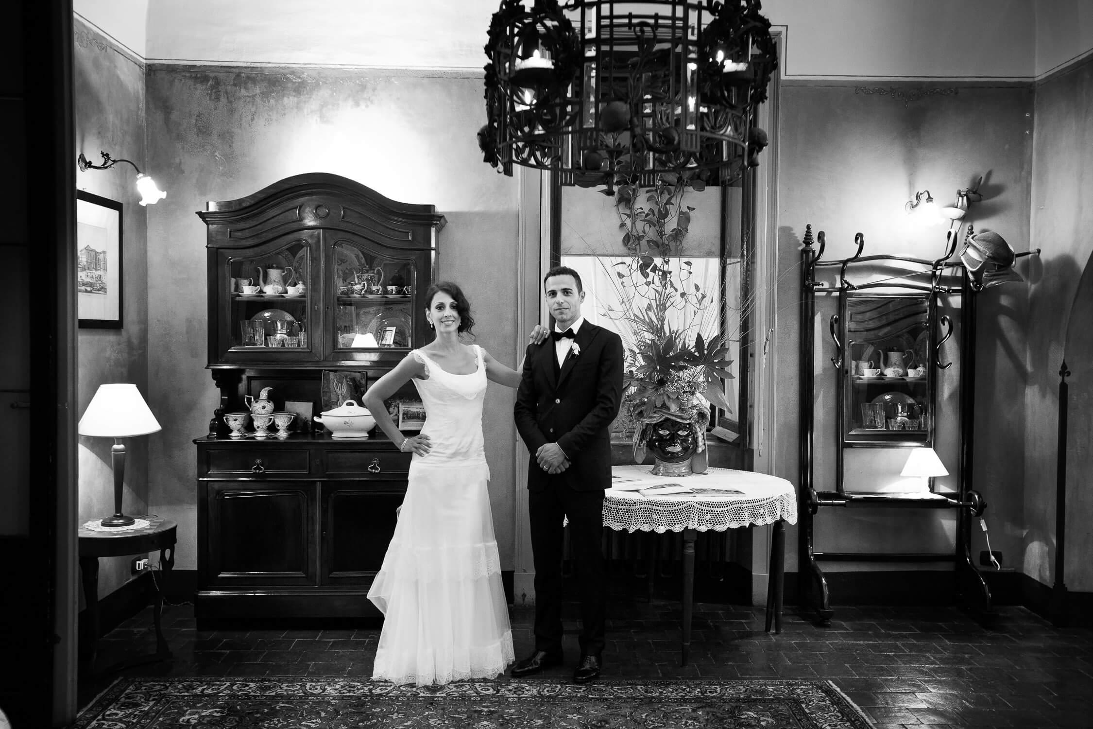 Ritratto degli sposi a La casa del Grecale, fotografia bianco e nero per matrimonio anni '30 di Nino Lombardo