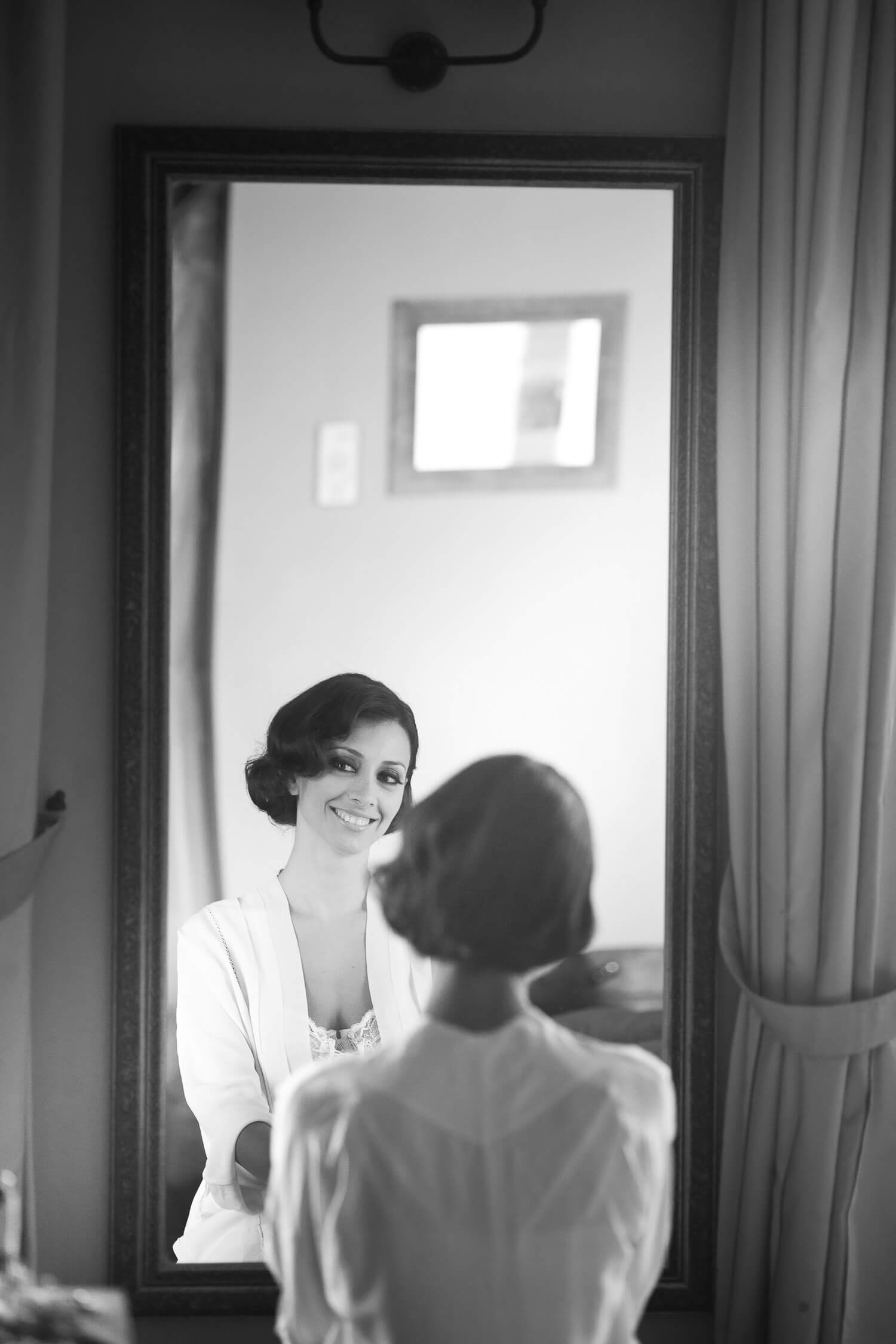 La sposa si specchia, fotografia bianco e nero per matrimonio