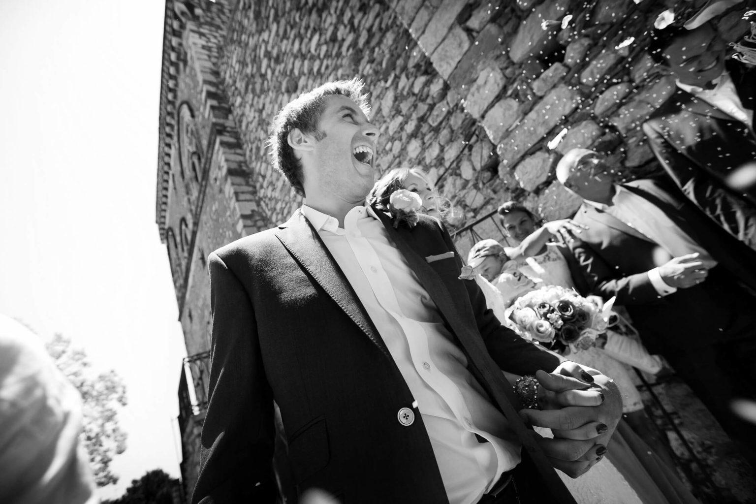 Lancio riso allo sposo, una foto di matrimonio in bianco e nero di Nino Lombardo