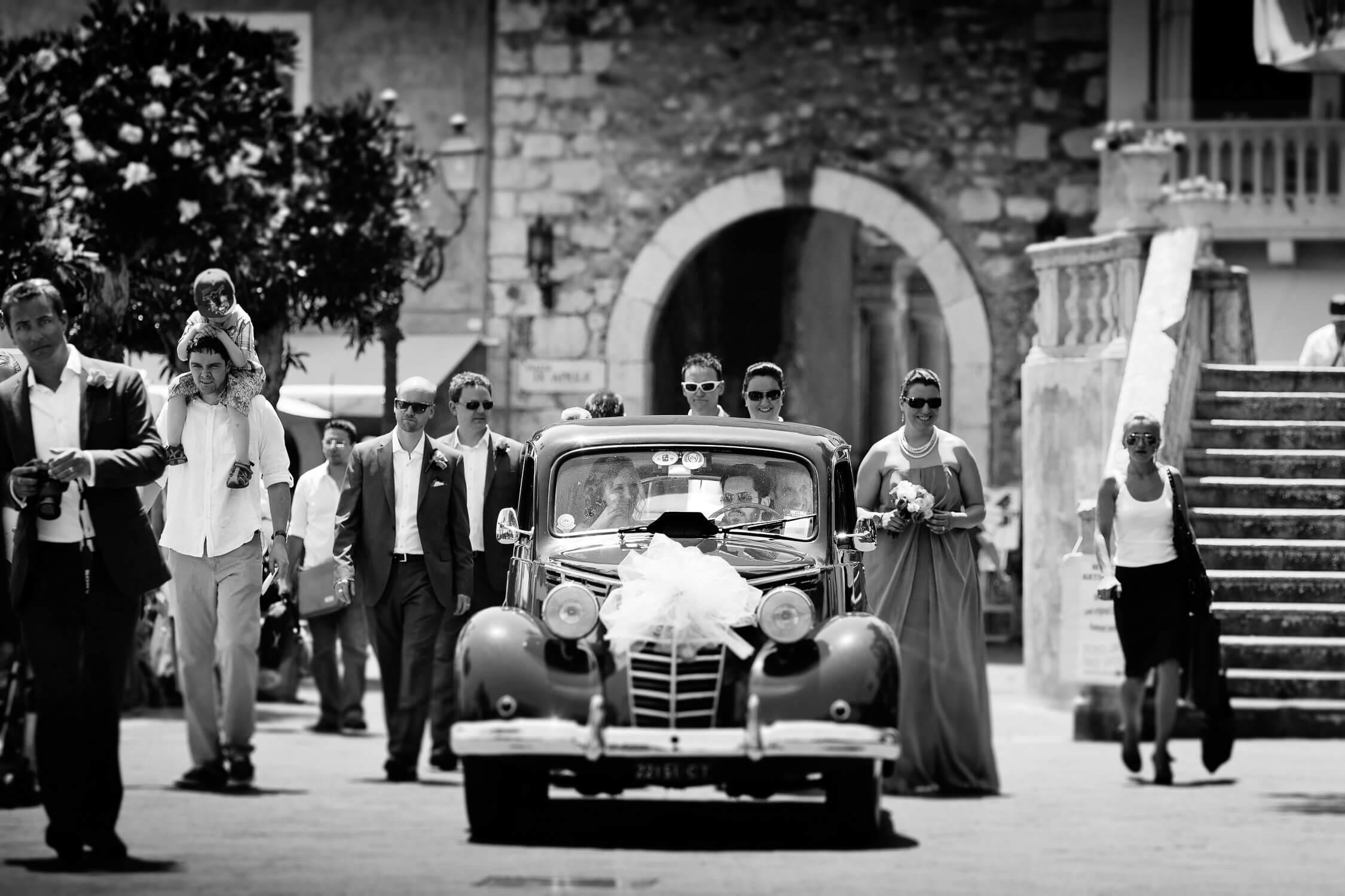 Sposi in auto al Centro storico, Fotografo Reportage Matrimonio Taormina