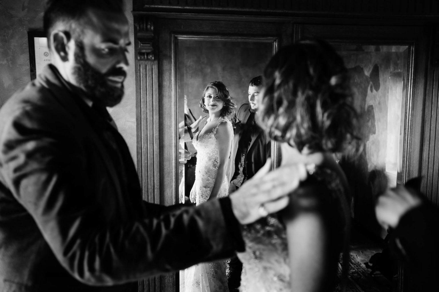Una sposa elegante riflessa in un antico specchio, foto per matrimoni di Nino Lombardo
