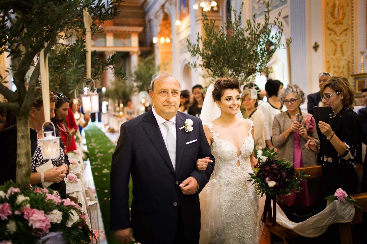 Sposa entra al Santuario del Santissimo Crocifisso di Siculiana, foto per matrimoni di Nino Lombardo