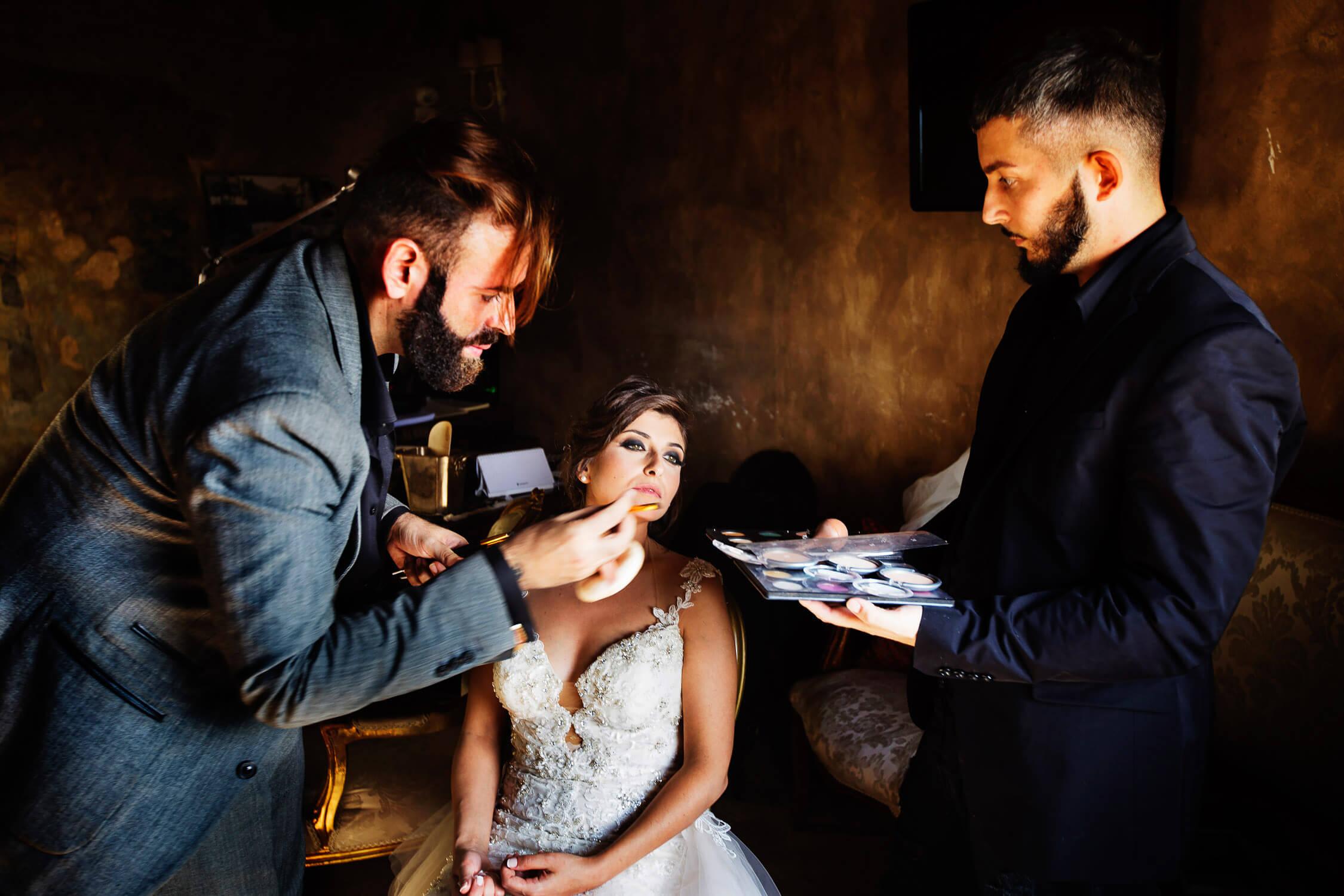 Sembra quasi un dipinto romantico dell sposa con il suo makeup artist Orazio Tomarchio, foto per matrimoni in Sicilia di Nino Lombardo
