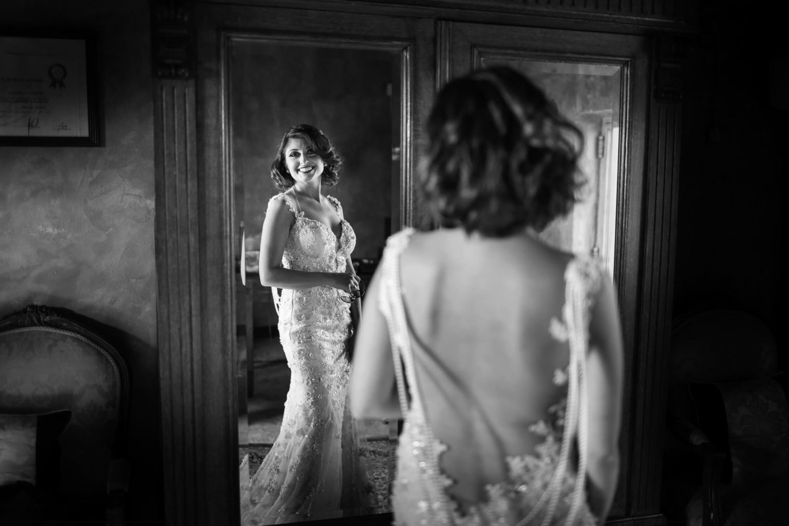 Elegant and beautiful reflection of the bride, photos for Sicilian weddings by Nino Lombardo