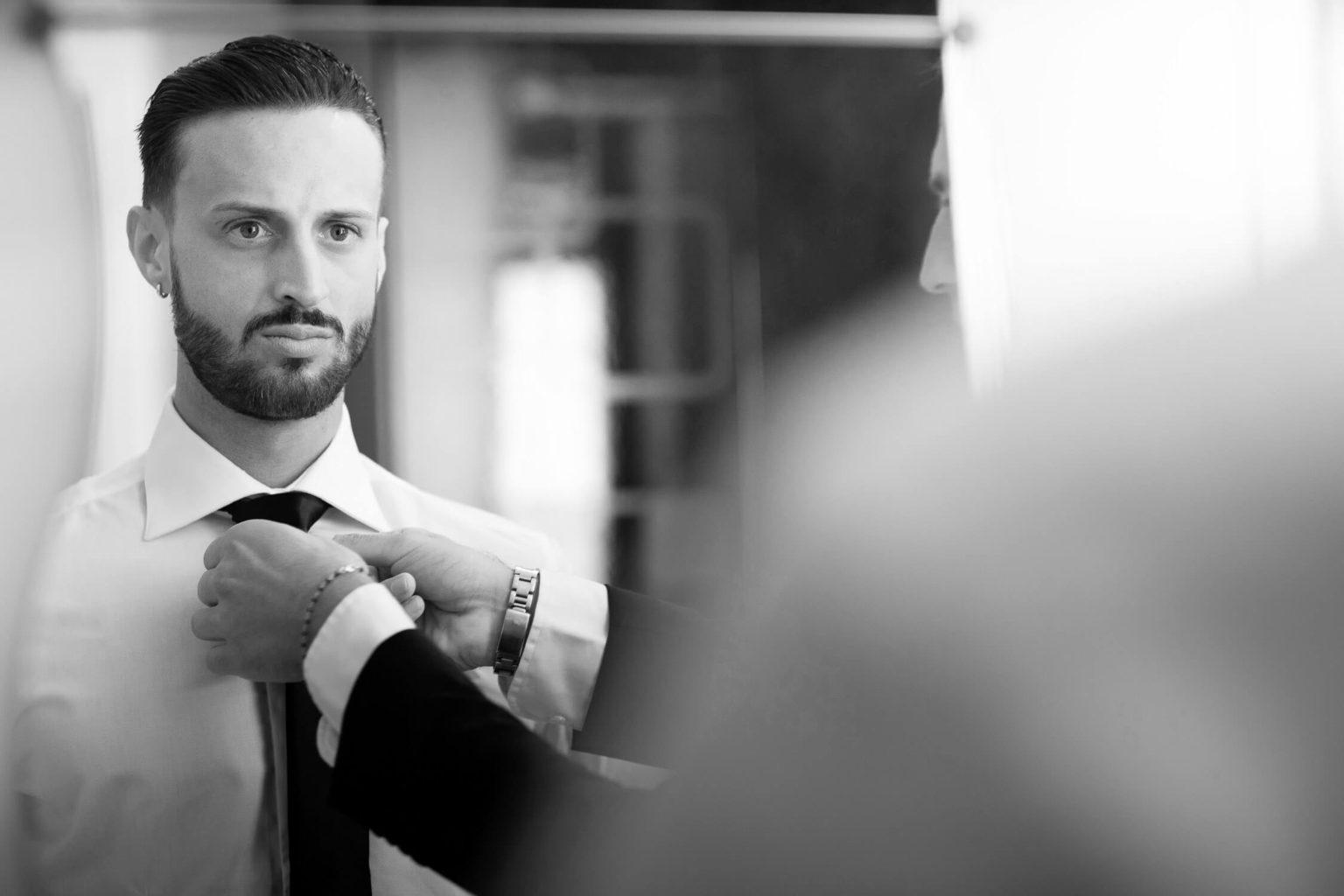 Il papà dello sposo gli sistema la cravatta, foto per matrimonio a Palermo di Nino Lombardo