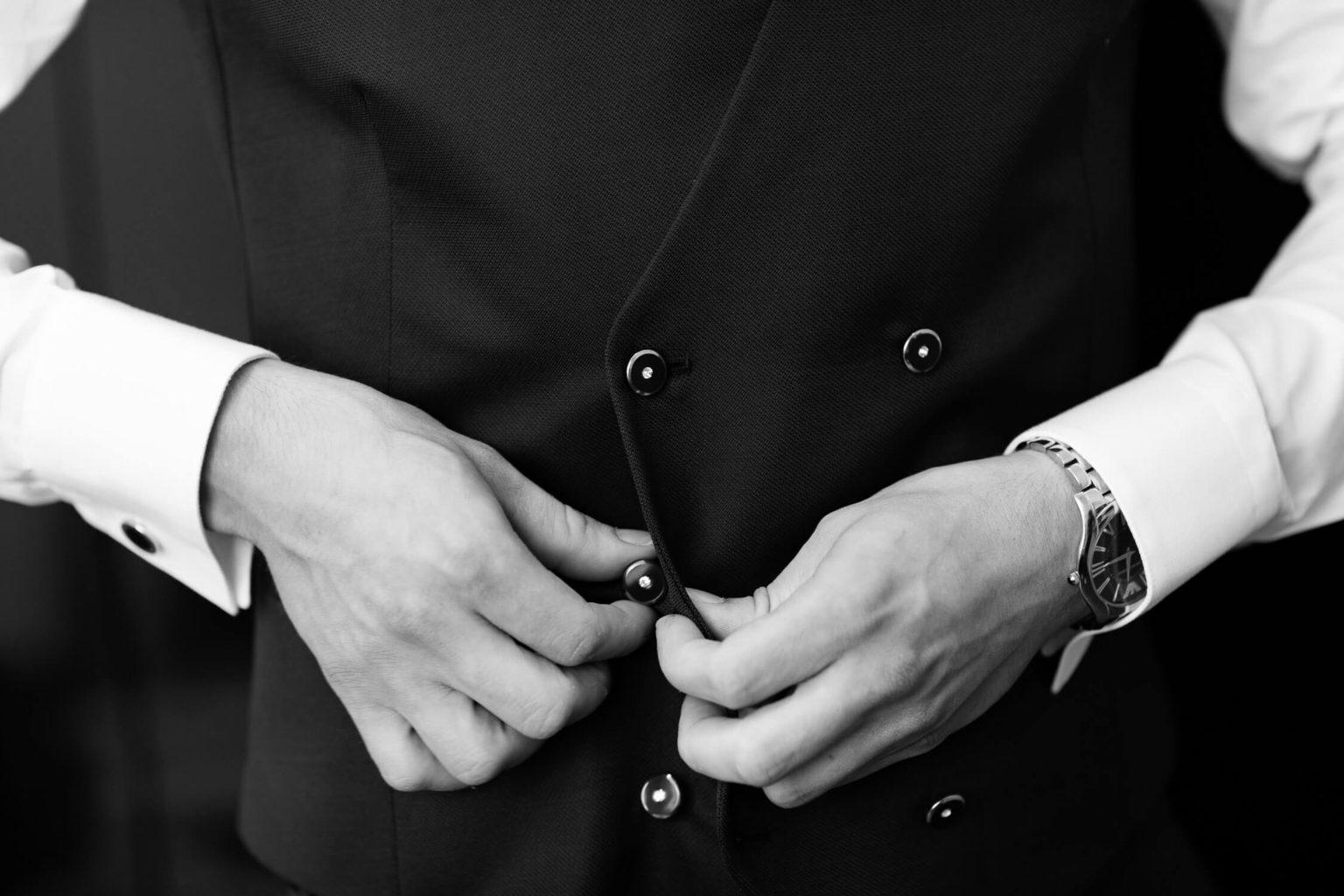 Dettaglio bottoni gilet dello sposo, foto per matrimonio a Palermo di Nino Lombardo