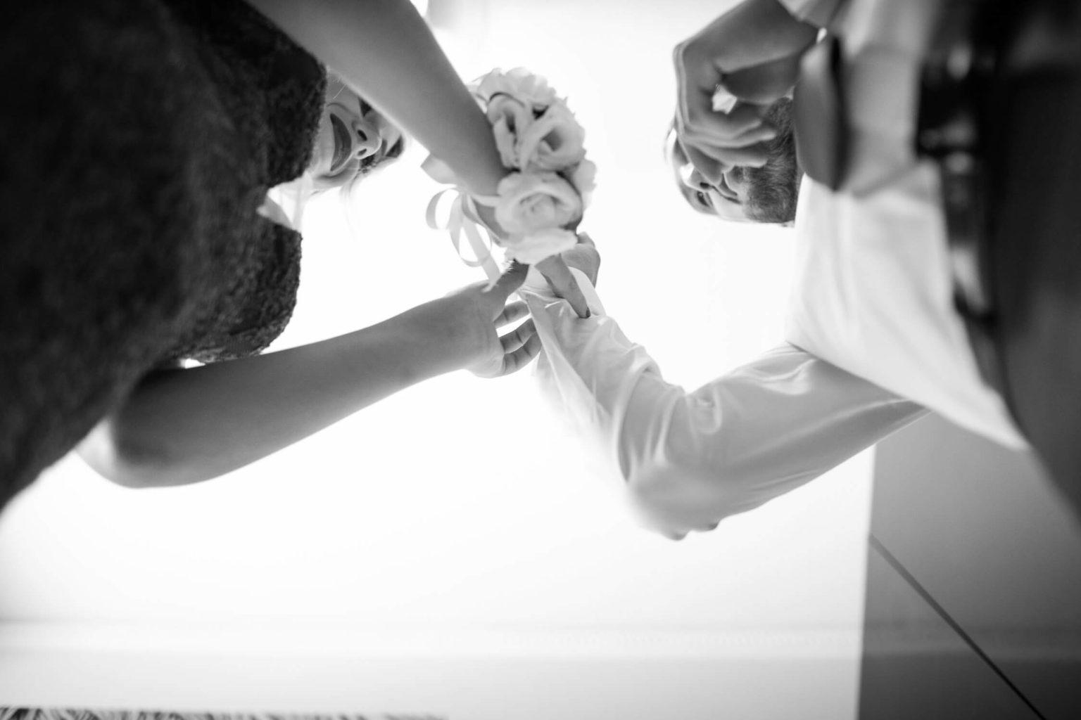 Mamma dello sposo lo aiuta nella vestizione, foto per matrimonio a Palermo di Nino Lombardo