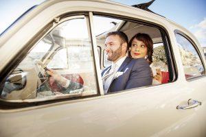 una coppia di sposi in auto fotografata da Nino Lombardo fotografo