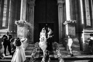 una coppia di sposi fotografata da Nino Lombardo all'uscita dalla chiesa
