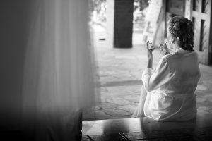 una sposa fotografata da Nino Lombardo fotografo intenta a prepararsi prima di indossare l'abito delle nozze