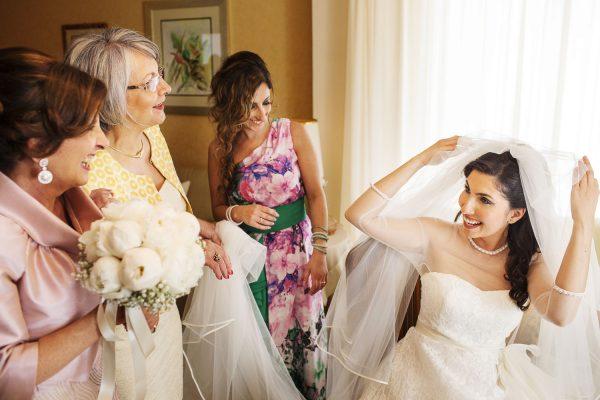 una sposa emozionata fotografata da Nino Lombardo fotografo con alcuni parenti