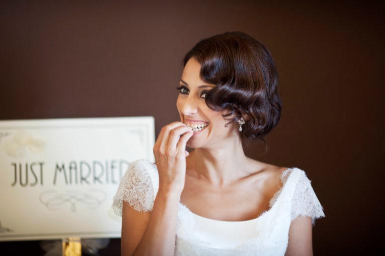 Sposa spiritosa ride con le unghia tra i denti, fotografia di matrimonio di Nino Lombardo