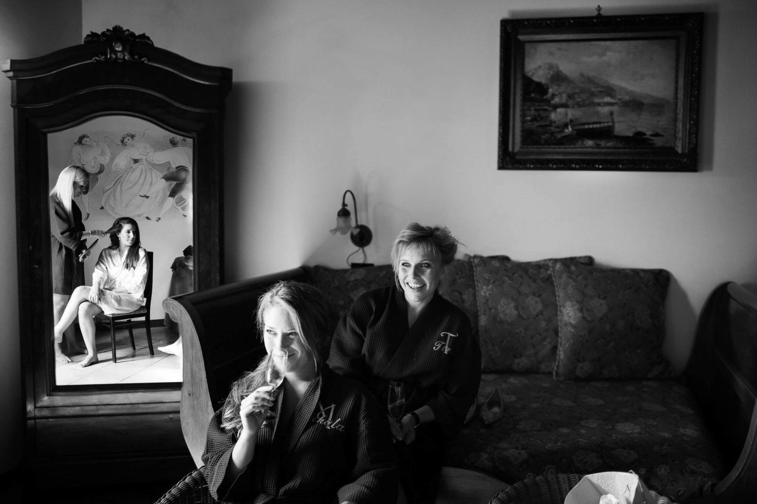 brindisi nella suite della sposa a Villa Sonia, foto bianco e nero per matrimonio di Nino Lombardo