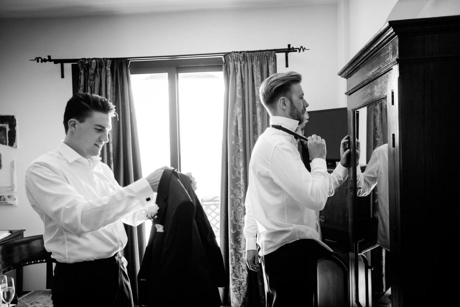 Sposo si prepara a Villa Sonia, foto bianco e nero per matrimonio di Nino Lombardo