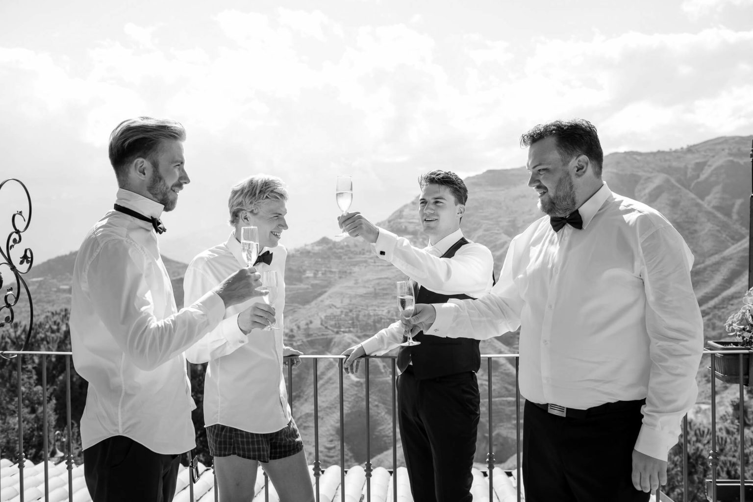 Brindisi in camera dello sposo, foto bianco e nero per matrimonio di Nino Lombardo