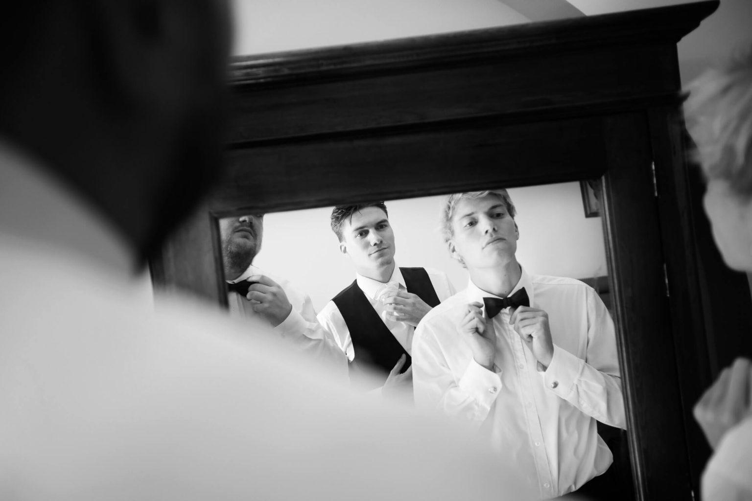 Sposo e testimoni, foto bianco e nero per matrimonio di Nino Lombardo
