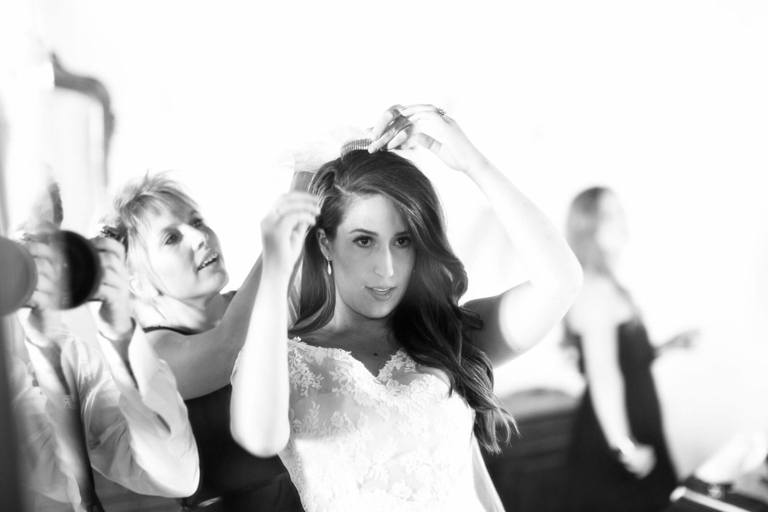 Aconciatura sposa, foto bianco e nero per matrimonio di Nino Lombardo