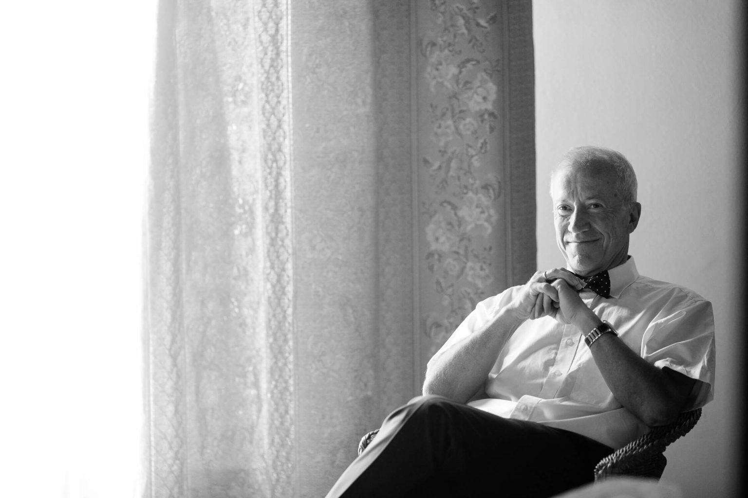 Ritratto papà della spsoa, foto bianco e nero per matrimonio di Nino Lombardo