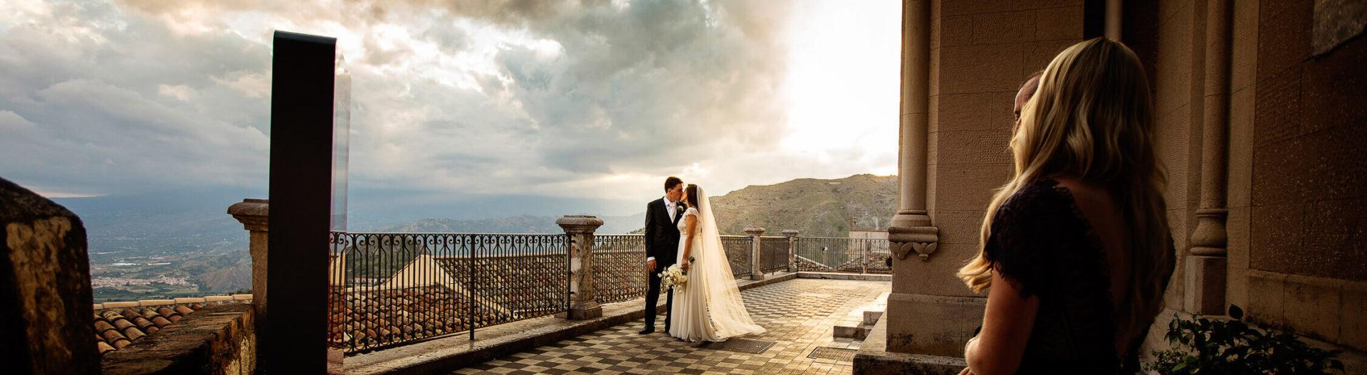 Panoramica degli sposi al belvedere di Castelmola