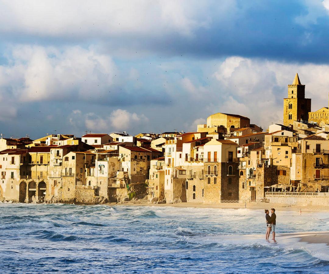 Fidanzati in riva al mare a Cefalù, foto per matrimonio di Nino Lombardo